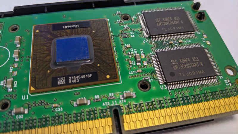 Intel Pentium II 400 Slot 1 Prozessor geöffnet