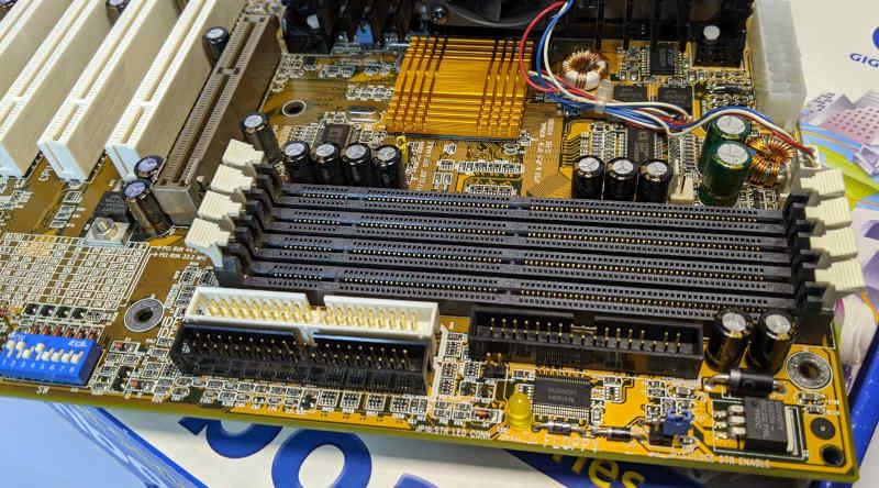 Gigabyte Mainboard GA-BX2000 Slot1 RAM-Steckplätze