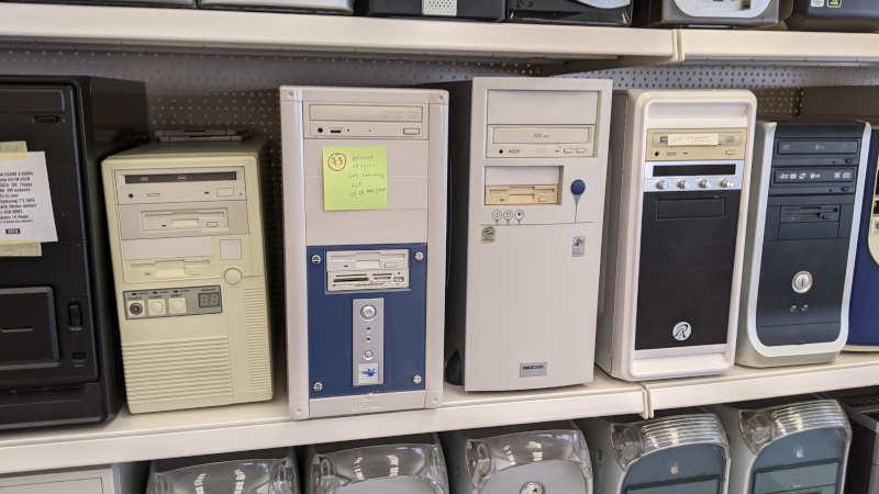 Kleiner 486er Tower mit Caddy-CD-ROM-Laufwerk