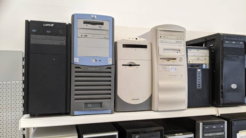HP Pentium 4 PC neben kleinem Straßenfund-PC
